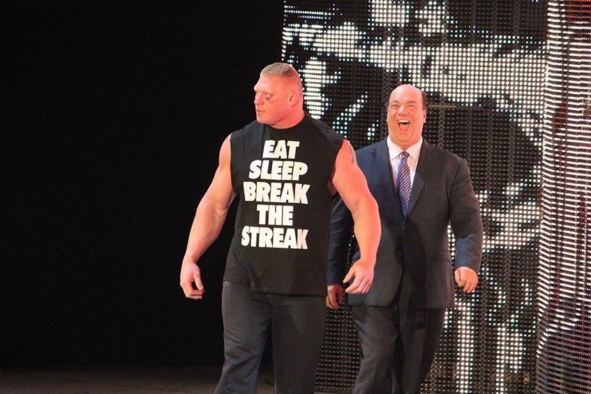 Paul Heyman a acompanhar um dos seus clientes, Brock Lesnar