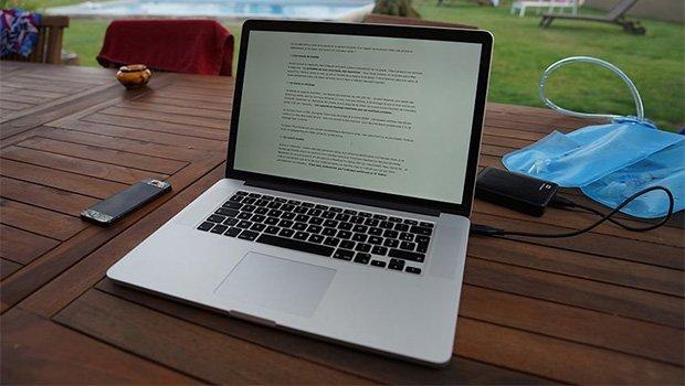 Macbook no jardim